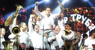 "Guca, 9. avgusta 2015 - Bojan Krstic i njegov orkestar slave osvajanje nagrade publike ""Zlatna truba"". Pobednik 55. Sabora trubaca u Guci je Sasa Krstic iz Zaguzanja, nagrada publike ""Zlatna truba"" pripala je Bojanu Krsticu iz Vladicinog Hana, za najbolji orkestar proglasen je Nenad Mladenovic  iz Vranja, a najizvornije muziciranje prikazao je orkestar ""Barka"" iz Knjazevca. Guca je ""prestonica trube"" od 1961. godine, kada je prvi put odrzan Dragacevski sabor. Jedan je od najvecih i najposecenijih muzickih festivala u Evropi, najznacajnijih kulturno-umetnickih dogadjaja autenticnog narodnog stvaralastva, jedinstvene muzike srpskih i balkanskih trubackih orkestara. FOTO TANJUG / OKSANA TOSKIC / bb *** Local Caption ***"