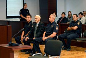Split, 26. septembra 2017.- Dragan Vasiljkovic (S), poznat kao kapetan Dragan (62), osudjen je danas u splitskom Zupanijskom sudu na jedinstvenu kaznu zatvora od 15 godina, javili su hrvatski mediji. Vasiljkovic je proglasen krivim za dve tacke optuznice - zlostavljanje zatvorenika na Kninskoj tvrdjavi i napad na policijsku stanicu u Glini. FOTO TANJUG/ FOTO HINA/ MARIO STRMOTIC/ nr