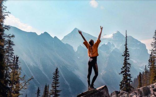 devojka-vrh-planina-f-pixa